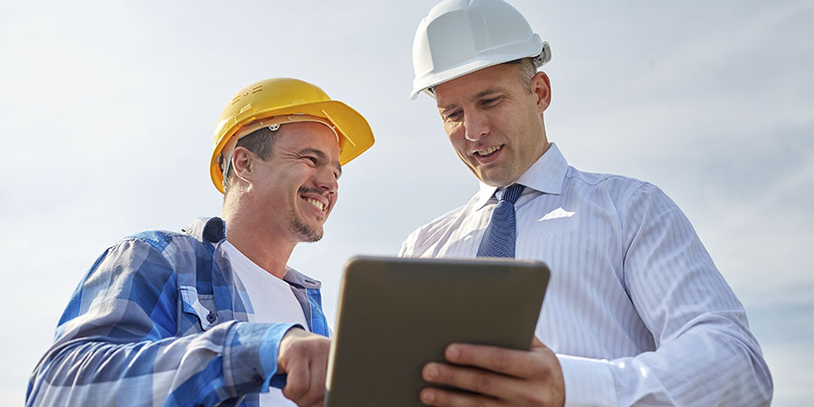 Construction-workers-looking-at-tablet_img
